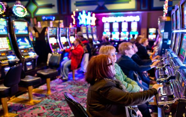 オンラインカジノスロットとパチスロの違いを検証|どっちが勝てる?